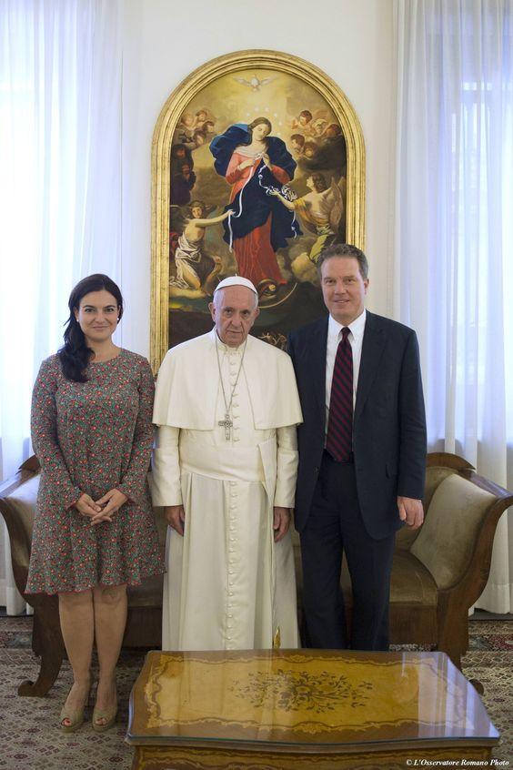 http://pl.radiovaticana.va/news/2016/07/12/nowy_i_dotychczasowy_rzecznik_watykanu_o_znaczeniu_tej_funkc/1243728  ten, kto nam dał to zadanie, dobrze pomyślał, komu je dać - powiedział b.rzecznik prasowy Watykanu, ks. Lombardi zajmujący się głównie prostowaniem heretyckiego niszczenia nauczania katolickiego przez Bergoglio, który na miejsce Jezuity powołał laickiegp dziennikarza amerykańskiej TV FOX (prywatnie członka spornej OPUS DEI), nowinka feministyczna: Paloma Ovejero ma robić za z-cę Burke: