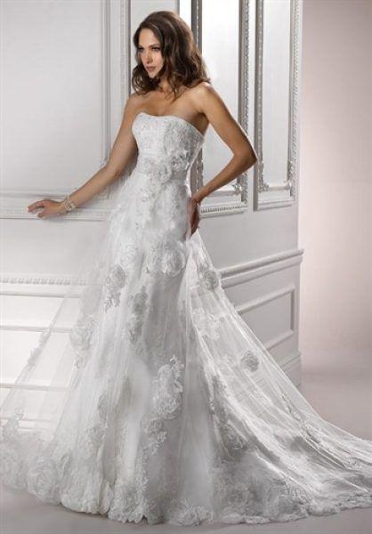 Rochie de mireasa din tul, brodata cu model floral.