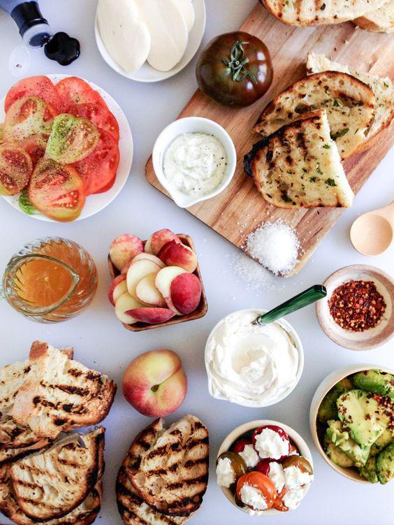 Als spätes Frühstück oder Abendessen. Antipasti, Avocadocreme, Tomaten, Pfirsiche, gegrilltes Brot. Wenig Aufwand und voller Geschmack. Liebevoll drapiert, gut geeignet für spontane Gäste.