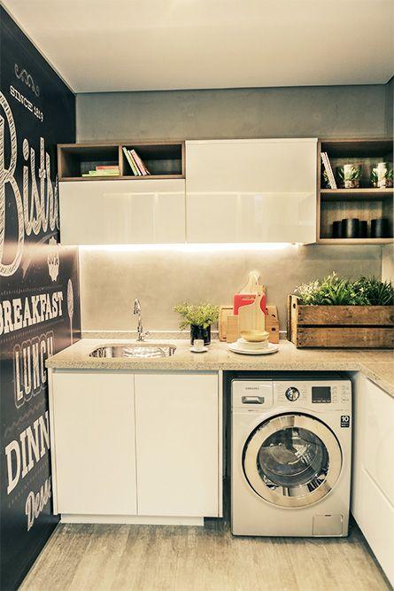Lavanderia com parede adesivada. Iluminação nos armários é um charme a parte! Ótima opção para espaços compactos: