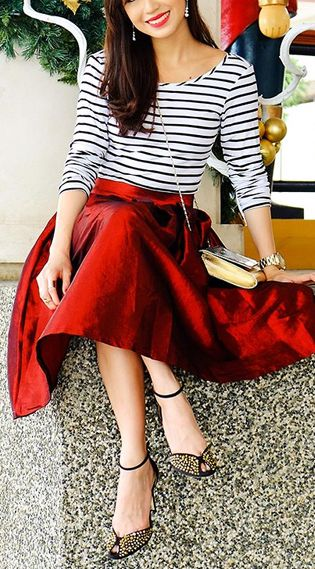 Stripes  a pop of red How to Stay Chic in Summer http://etvoila.info/the-5-dos-to-stay-chic-in-the-summer/