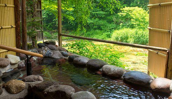 湯西川の清流と一体感!ゆったりサイズの源泉掛け流し貸切露天風呂 本家伴久の温泉