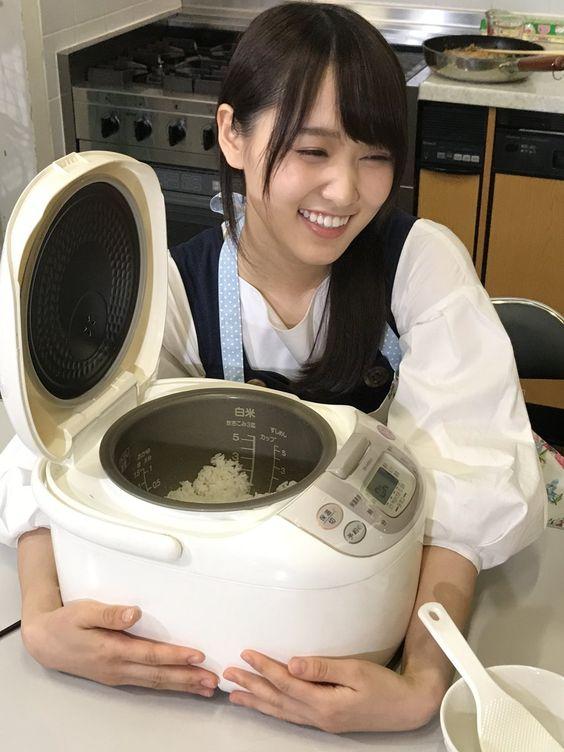 開いた炊飯器を抱く菅井友香