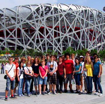 Gruppenphoto vom Schickhardt Gymnasium Stuttgart vor dem Nationalstadium in Peking. Die Austausch Reisen werden von CHINA REISE EXPERTE veranstaltet.