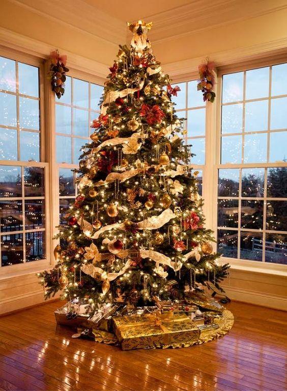 grand sapin de Noël décoré de  guirlandes lumineuses LED