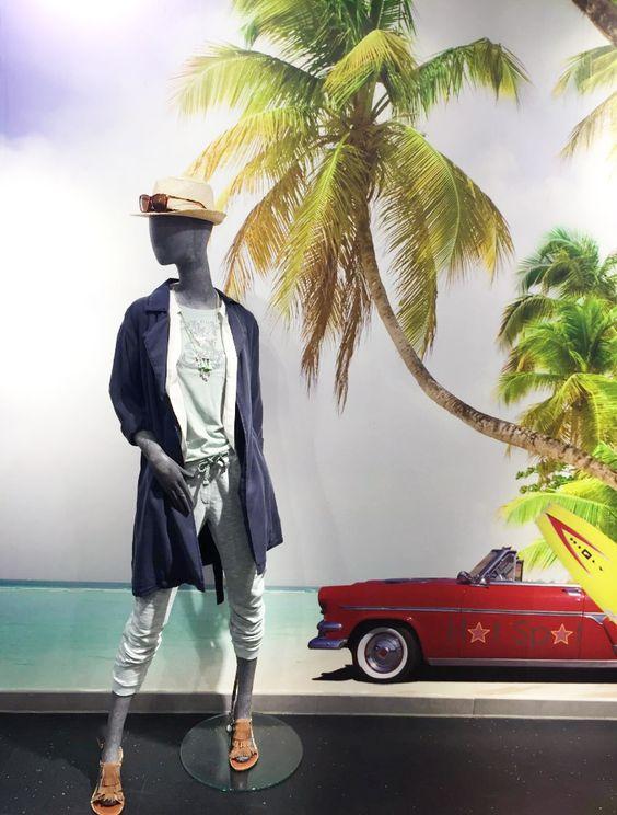 Outfit der Woche! Joggpant mit Strassbesatz & Print-Shirt: Rich & Royal – Paillettenbluse: Hilfiger Denim – Trenchcoat: Marc O' Polo Denim – Sandalen: Replay – Kette: Pieces – Sonnenbrille: Only – Strohhut: Review #fashion #ootw
