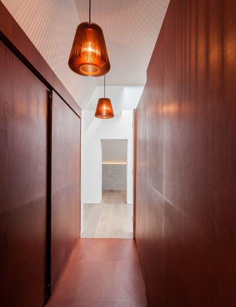 Referências que amamos:  O Arquiteto britânico Simon Astridge projetou um apartamento com paredes forradas de couro, fornecidas pelo especialista Bill Cornish.