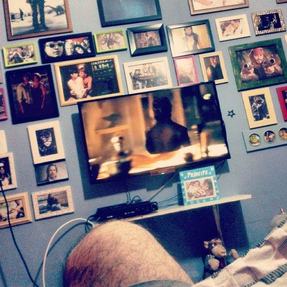 a parede da tv cheia das suas referências cinematográficas. Que coisa mais perfeita!