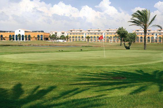 Costa Ballena Ocean Golf Club: Costa Ballena Golf es uno de los mejores campos de golf en Cádiz con 27 hoyos que permiten disfrutar de hasta 3 recorridos diferente, diseñados por José María Olazábal.    Es sede oficial de entrenamiento de diversas Federaciones Nacionales de Golf Europeas.