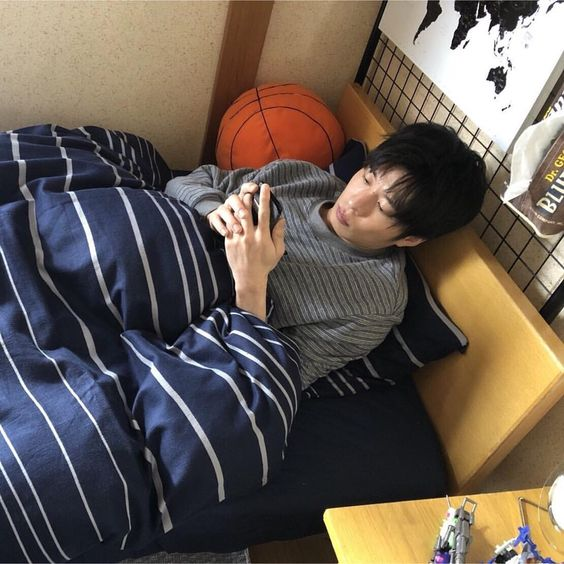ベッドで横になる田中圭