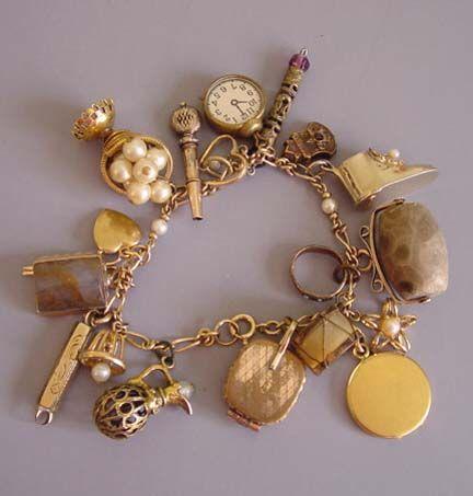 Charm bracelet in gold: