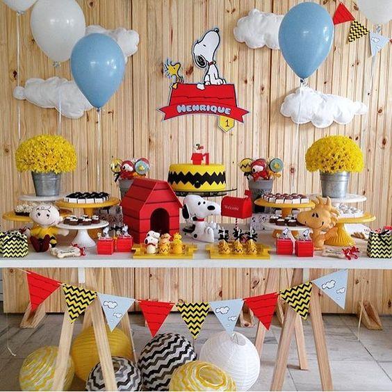 Festinha fofa do Snoopy, muito linda! Adorei! Por @kiaravieiramartinsdecor #kikidsparty - balloons and clouds