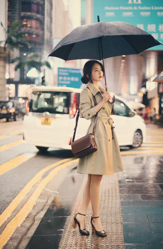 WHAT TO WEAR ON A DATE WITH YOUR SOULMATE - GIRL STANDING IN RAIN UMBRELLA RAINCOAT BAG