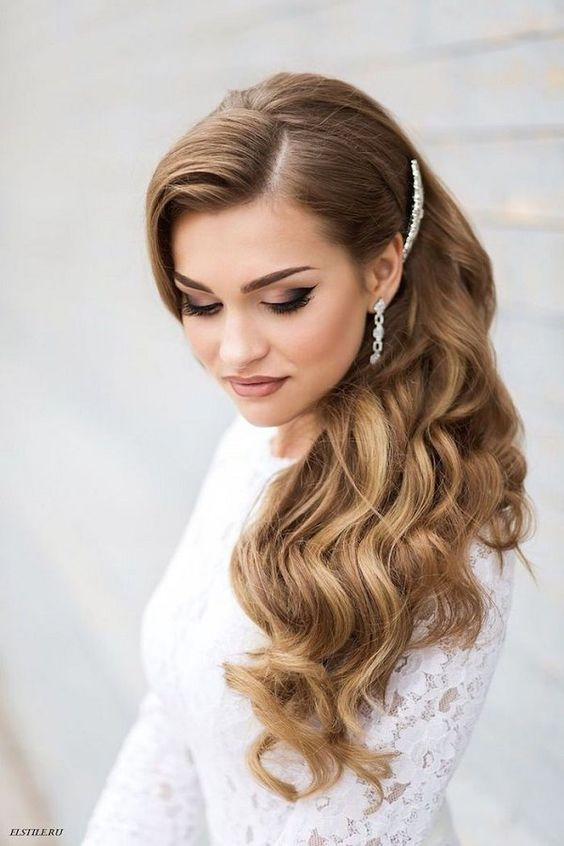 Side-swept old Hollywood glam wedding hairstyle: