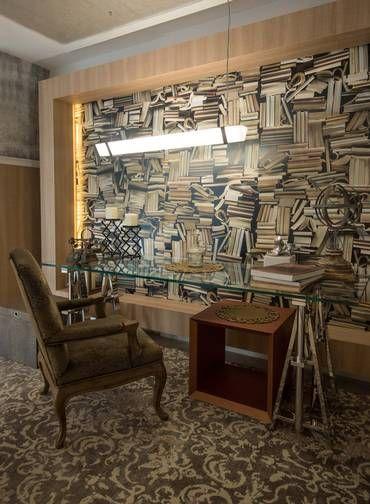 O espaço de 80m2 também poderia ser o loft de um jovem casal que aprecia arte urbana, mas não dispensa objetos herdados de família Foto: Renata Missagia / Divulgação