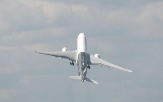 Das ist mal ein echter Senkrechtstarter! Bei einer Flugshow im englischen Hampshire hob eine Airbus-Maschine des Typs A350 beinahe in einem rechten Winkel ab. Der tonnenschwere Vogel ähnelte dabei für einige Sekunden einer Rakete.