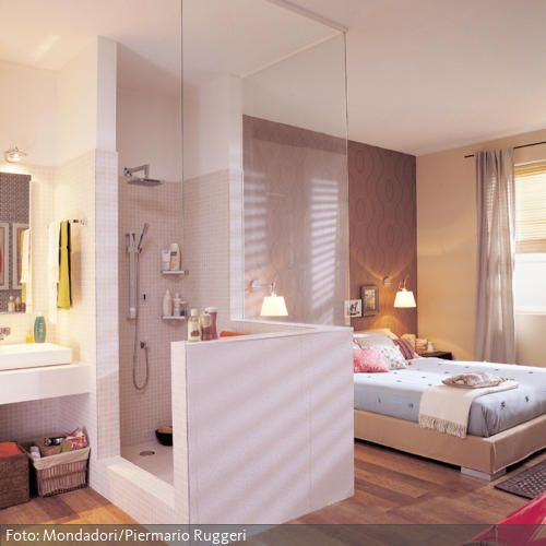 offenes badezimmer im schlafraum mit holzboden roomido. Black Bedroom Furniture Sets. Home Design Ideas
