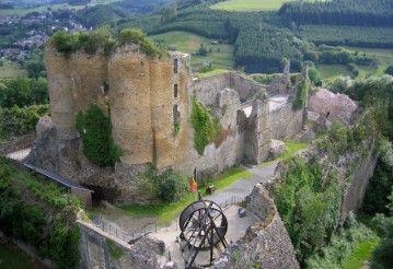 Chateau Franchimont 30min. Het Kasteel van Franchimont is de ruïne van een burcht, die in de 11e eeuw gebouwd werd op een rots in de Belgische Ardennen die de vallei van de Hoëgne beheerst. Het ligt in de gemeente Theux in de provincie Luik