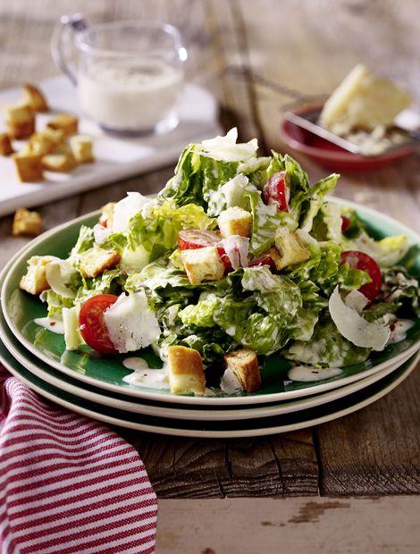 Pikanter+Ceasars+Salad  ++++ Zutaten+für+4+Personen:+ca.+150+g+Ciabattabrot,+1+Becher+(150+g)+miree+Pikante+Kräuter,+200+g+Kirschtomaten,+ca.+300+g+Römersalatherzen,+75+g+Parmesankäse,+75+g+Schmand,+5+EL+Milch,+3–4+EL+Olivenöl,+Pfeffer,+Salz. Zubereitung…
