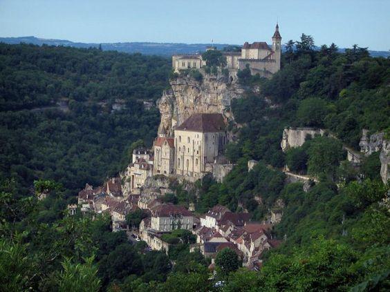 Rocamadour: Vue sur les sanctuaires, les maisons du village, la falaise et le château dominant l'ensemble, arbres et forêt, dans le Parc Naturel Régional des Causses du Quercy - France-Voyage.com