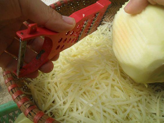 Đu đủ sau khi gọt vỏ rửa sạch được nạo hoặc thái thành sợi nhỏ