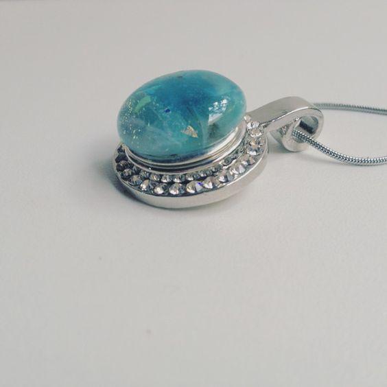 Céu Ensolarado: é um colar delicado, com um pingente de gema de murano artesanal circundado por cristais.