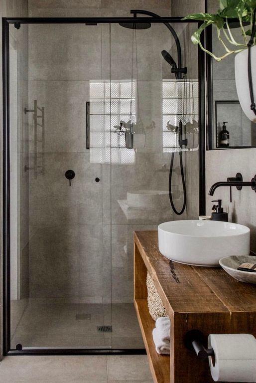 Belle salle de bain dans le style industriel. Le ton bois chaud crée un look chaleureux et noble. - Minimalisme 2019