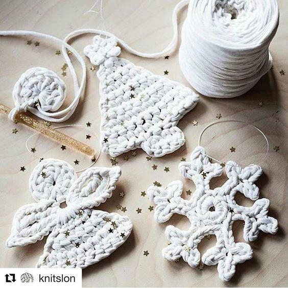 Inspiração de Natal ❤ por @knitslon #fiodemalha #crochet #croche #crocheting #crochetlove #totora #trapilho #knitting #knit #handmade #decoração #decoracaodenatal #arvoredenatal #enfeitesdenatal #enfeitesnatalinos #feitoamao #feitocomamor #artesanato #artesanal #presentescriativos #presentes #presentesdenatal #