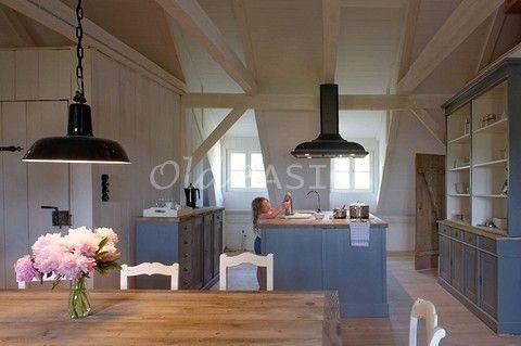 Keuken in vakantiehuis hotel meubels in unieke oude stijl op maat gemaakt door - Oude stijl keuken wastafel ...