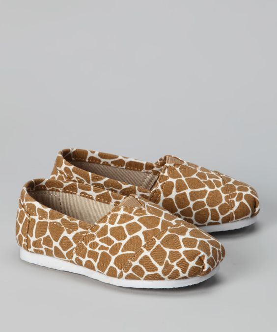 los zapatos; de color marron