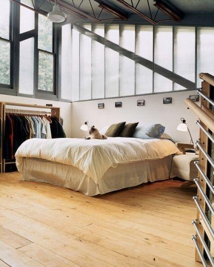 Chambre industrielle, avec ses fenêtres d'atelier et sa suspension métallique