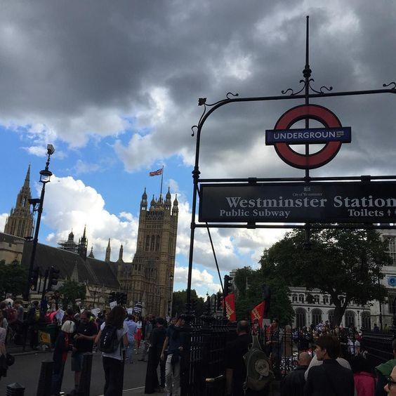 Strike mood? No it was party mood.   #여행 #일상 #유럽 #유럽여행 #영국 #런던 #travel #europe #eurotrip #UK #London #londonlove #underground #westminsterabbey #bigben by simplecode81