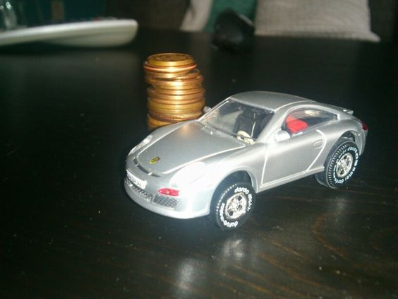 Money on the tabel and a Porsche on the!.. The... Tabel... ):