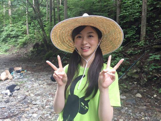 麦わら帽子をかぶった佐々木琴子