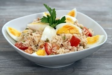 Découvrez cette recette de Salade de riz au thon à notre façon expliquée par nos chefs