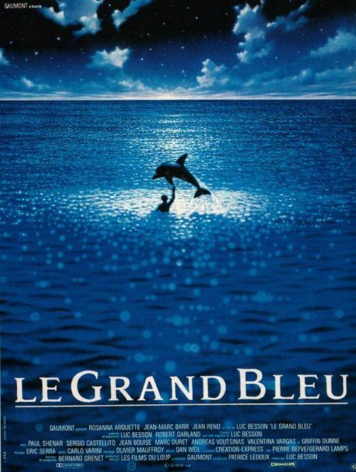 La Grand Bleu (1988) Bu gece bir Luc Besson filmiyle karşınızdayım. Film, dalış rekoru kırmaya çalışan iki arkadaşın hikayesi. Denizin derinliği ve maviliği onları öyle büyülemiş ki, varlıkları denizle bir olmaya başlamış bir süre sonra. Özellikle müzikleri şahane. Lost Highway'de tanıyıp çok sevdiğim Patricia Arquette'in en büyük ablası olan Rosanna Arquette çok ama çok sempatik bir oyunculuk sergilemiş. Filmin afişi, derinliğin, maviliğin o büyüleyiciliğini yansıtıyor adeta. Ben beğe...