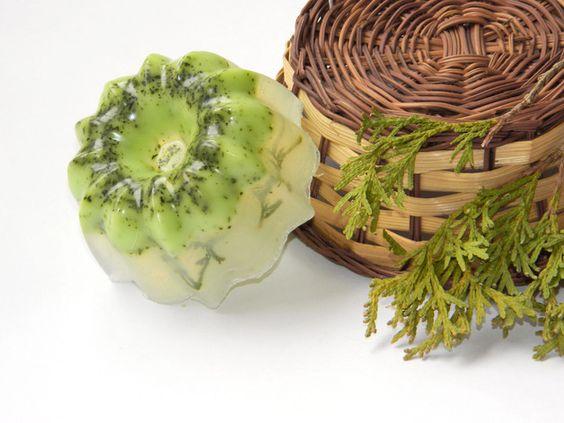 Gesichtspeeling Seife aus Zeder und Pfefferminze / handmade soap with peppermint, beauty made by CuteGifts via DaWanda.com