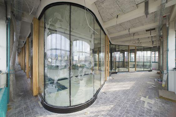Tabakfabrik Linz: Geschwungene Glaselemente sorgen für einen futuristischen Look und lichtdurchflutete Arbeitsplätze im Coworking-Space und in den Agenturräumen.
