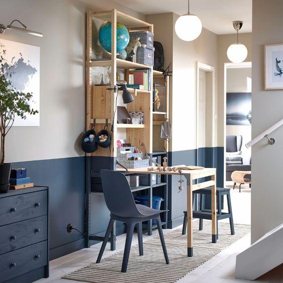 Escritorio plegable en madera y azul en el pasillo.