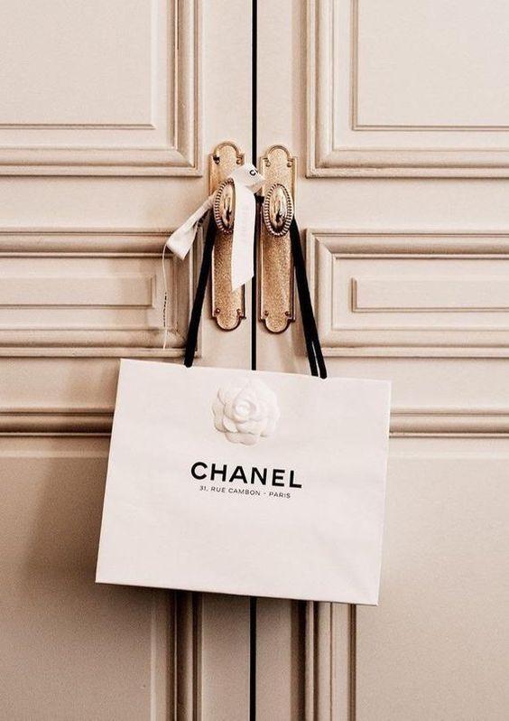 7 Timeless And Iconic Luxury Handbag To Invest In En 2020 Fond D Ecran Chanel Publicite De Mode Fond D Ecran Colore