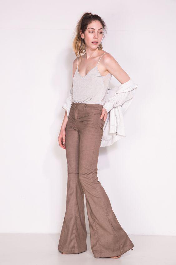 Calça Siena camelo. Em tecido fresco de alfaiataria, a calça Siena vem cheia de detalhes, recortes e vivos para mudar o seu look.