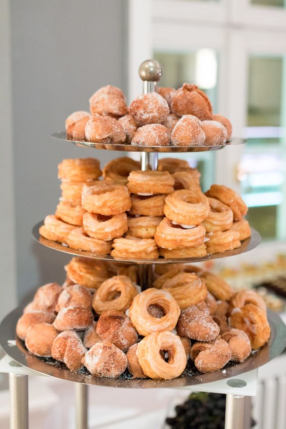 Pfannkuchen und Spritzkuchen auf Buffet im Kaisersaal Erfurt