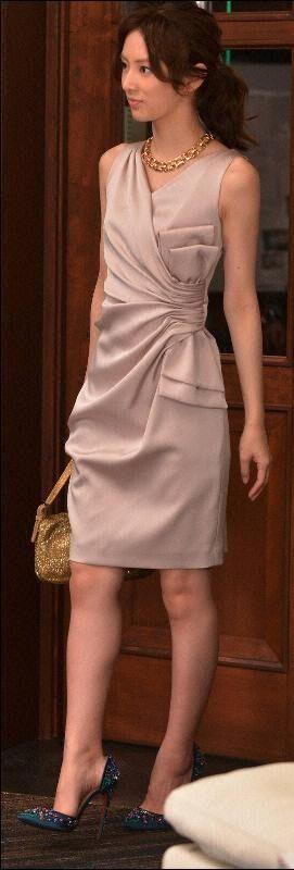 ベージュのドレスの北川景子