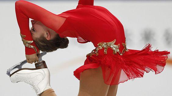 Inga Januleviciute de Lituania compite durante el programa corto de mujeres.