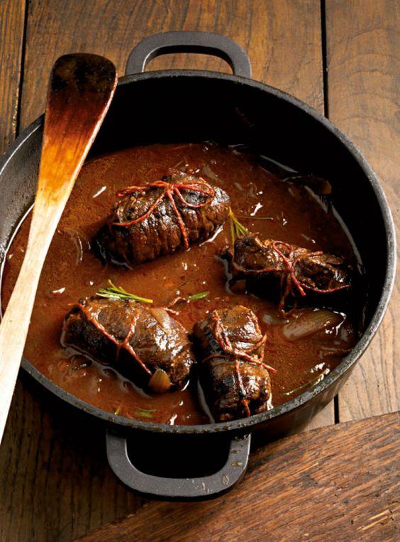 Rezept für Rinderroulade mit Walnussfüllung bei Essen und Trinken. Ein Rezept für 2 Personen. Und weitere Rezepte in den Kategorien Kräuter, Nüsse, Rind, Alkohol, Hauptspeise, Braten, Kochen, Schmoren, Einfach, Gut vorzubereiten.