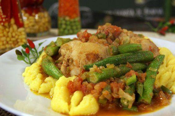 Frango com Quiabo e Angu do chef William Santos - http://chefsdecozinha.com.br/super/receitas/carne-de-aves/frango-com-quiabo-e-angu-do-chef-william-santos/ - #ComidaMineira, #Frango, #Quiabo, #Superchefs, #WilliamSantos