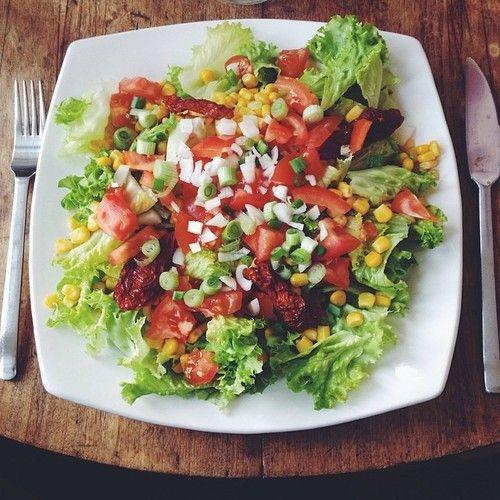 yogifindingpeace:  veganfeelsgood:  {Iceberg lettuce • Tomatoes • Sun dried tomatoes • Corn • Green onion}  nom