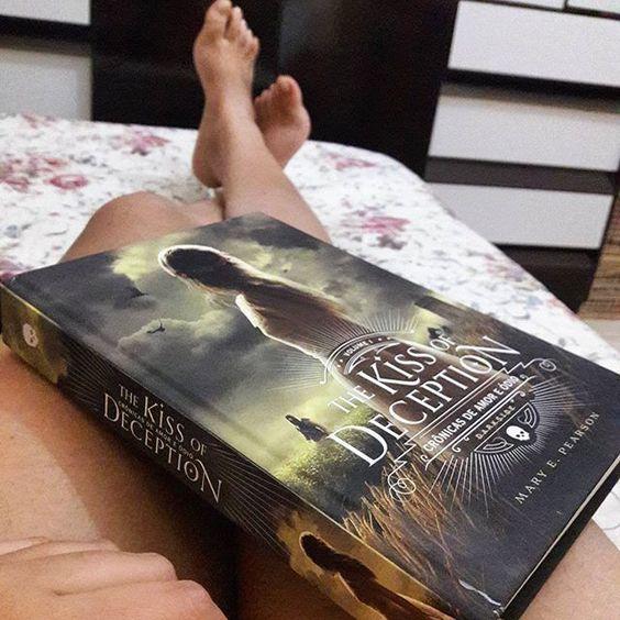 """The Kiss of Deception acabou de se tornar o favorito dos últimos tempos. Simplesmente in love por essa belezinha. A todos os leitores de plantão """"POR FAVOR! LEIAM!!!"""" Esperando ansiosamente pelo segundo volume #reads #thekissofdeception #bookish #darksidebooks #livros #photobooks #dark #literatura #blogger #phooto #photography #night #maryepearson #bookaholic"""