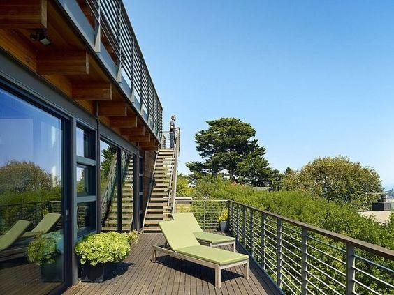 terrasse modern gestaltet sonnenliegen holz gestell