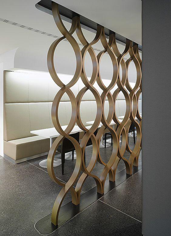 »WGV Cafeteria« — Ippolito Fleitz Group movimiento madera curva panel divisor  DIVISÃO VAZADA: